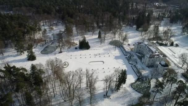 Flug über großes altes Herrenhaus im Winter