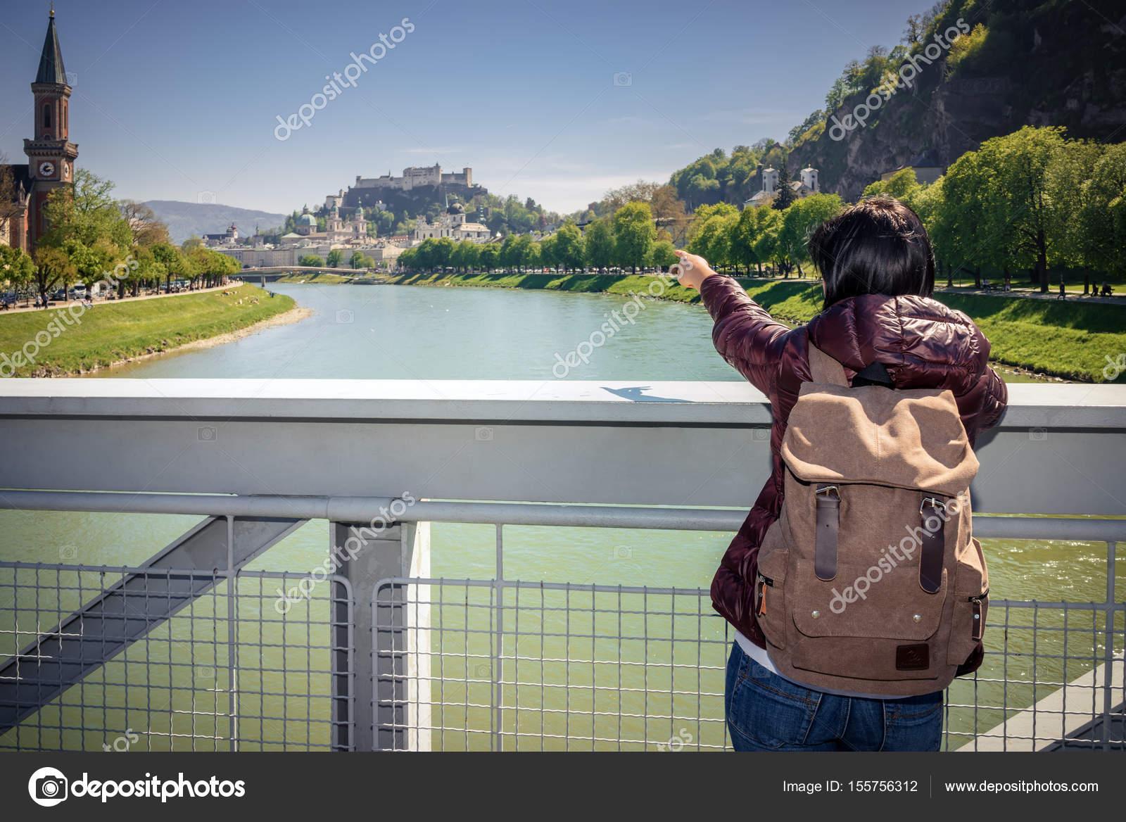 Ausztria. Salzburg. Lány turisztikai 049517a5c7