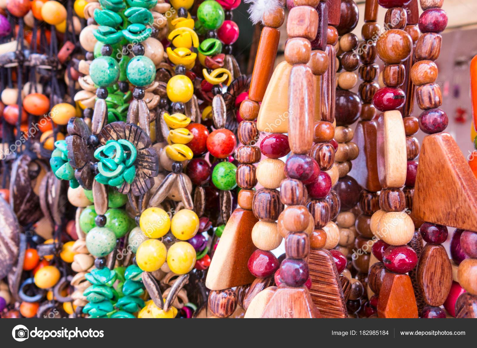 Souvenir tipico cubano  collana di semi. Popolare nei conti cubani — Foto  Stock 4b4c1ccf624