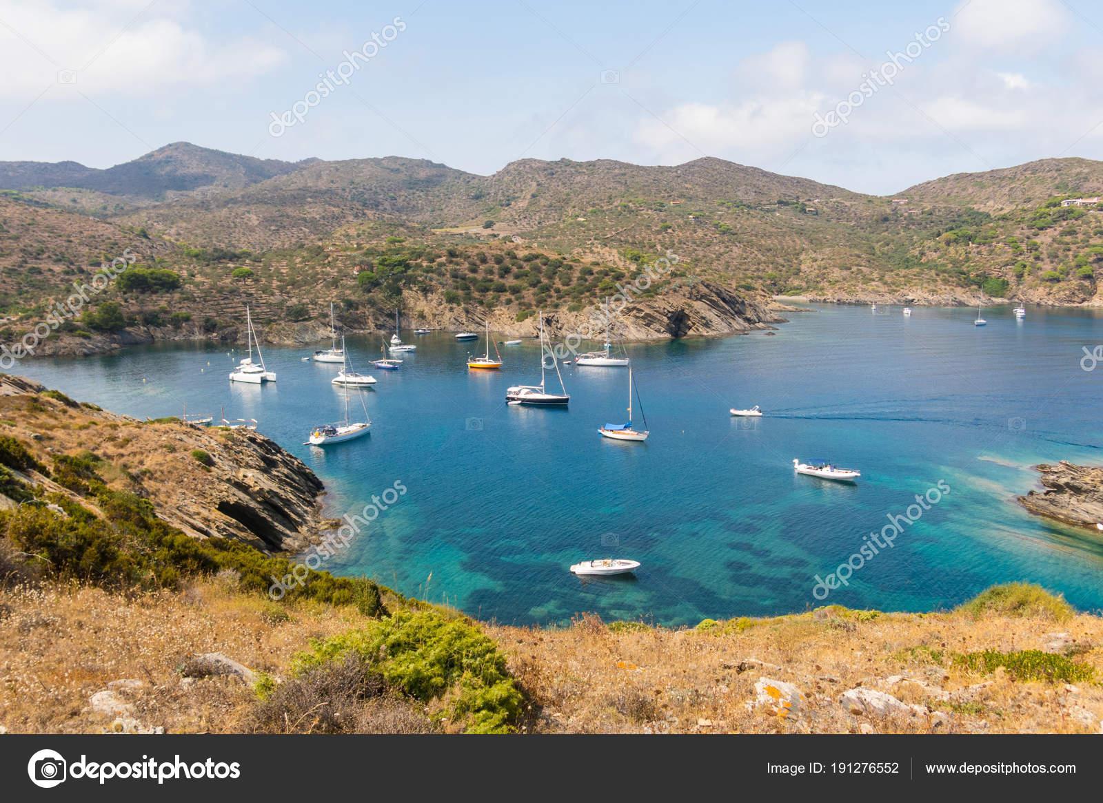 a804d646b1badc Boote und Segelboote Ankern in einer kleinen Bucht im Cap de Creus  Naturpark