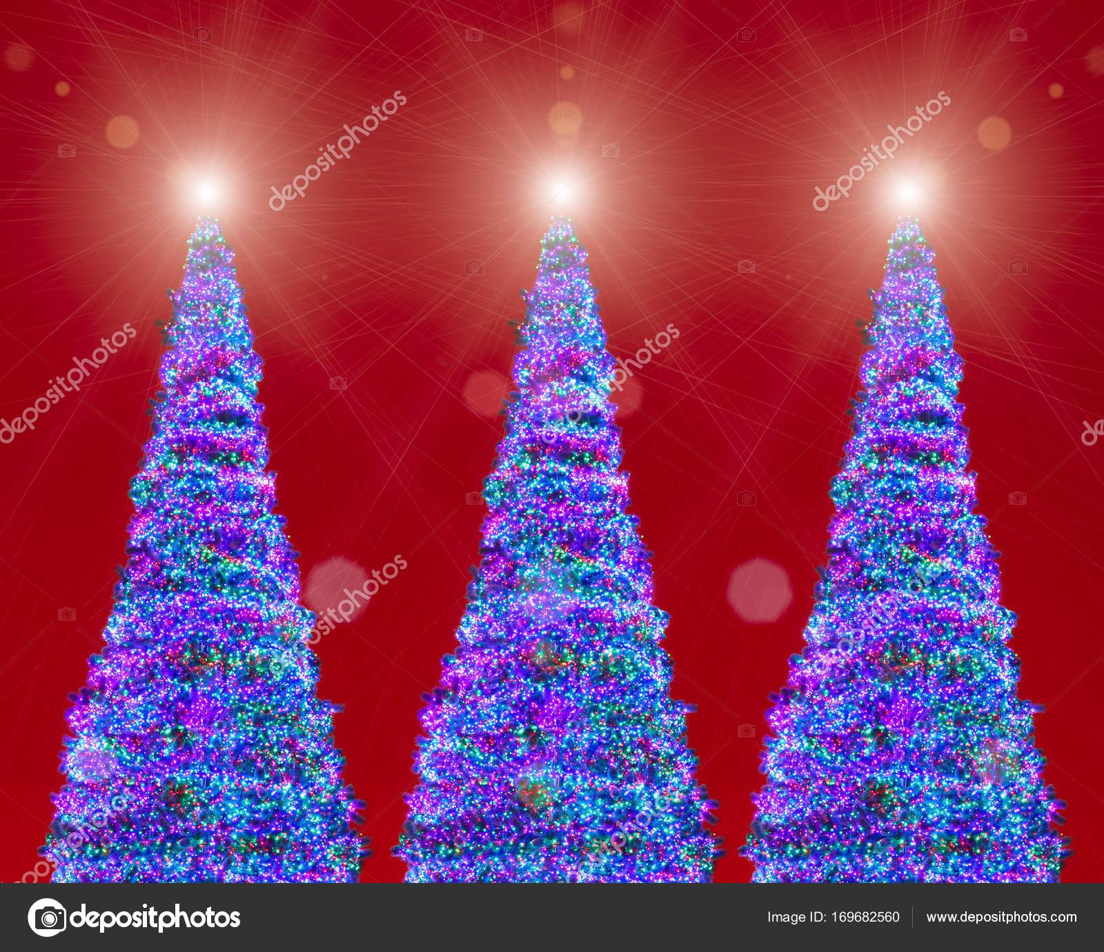 kerstbomen led verlichting rode achtergrond stockfoto