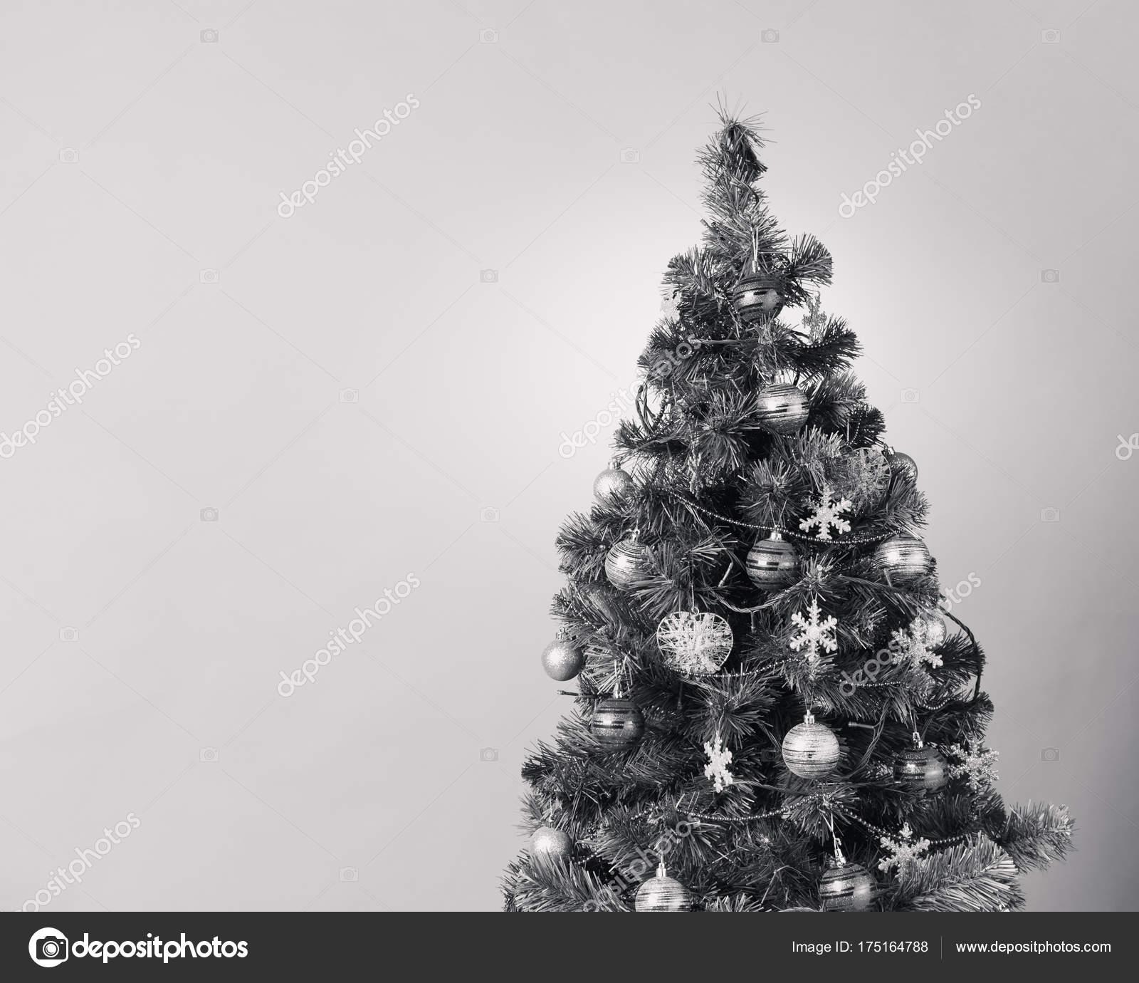 Weihnachtsbaum Schwarz.Weihnachtsbaum Mit Dekoration Schwarz Weiß Stockfoto Nikkytok
