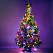 Karácsonyfa ünnepi fények, lila háttér
