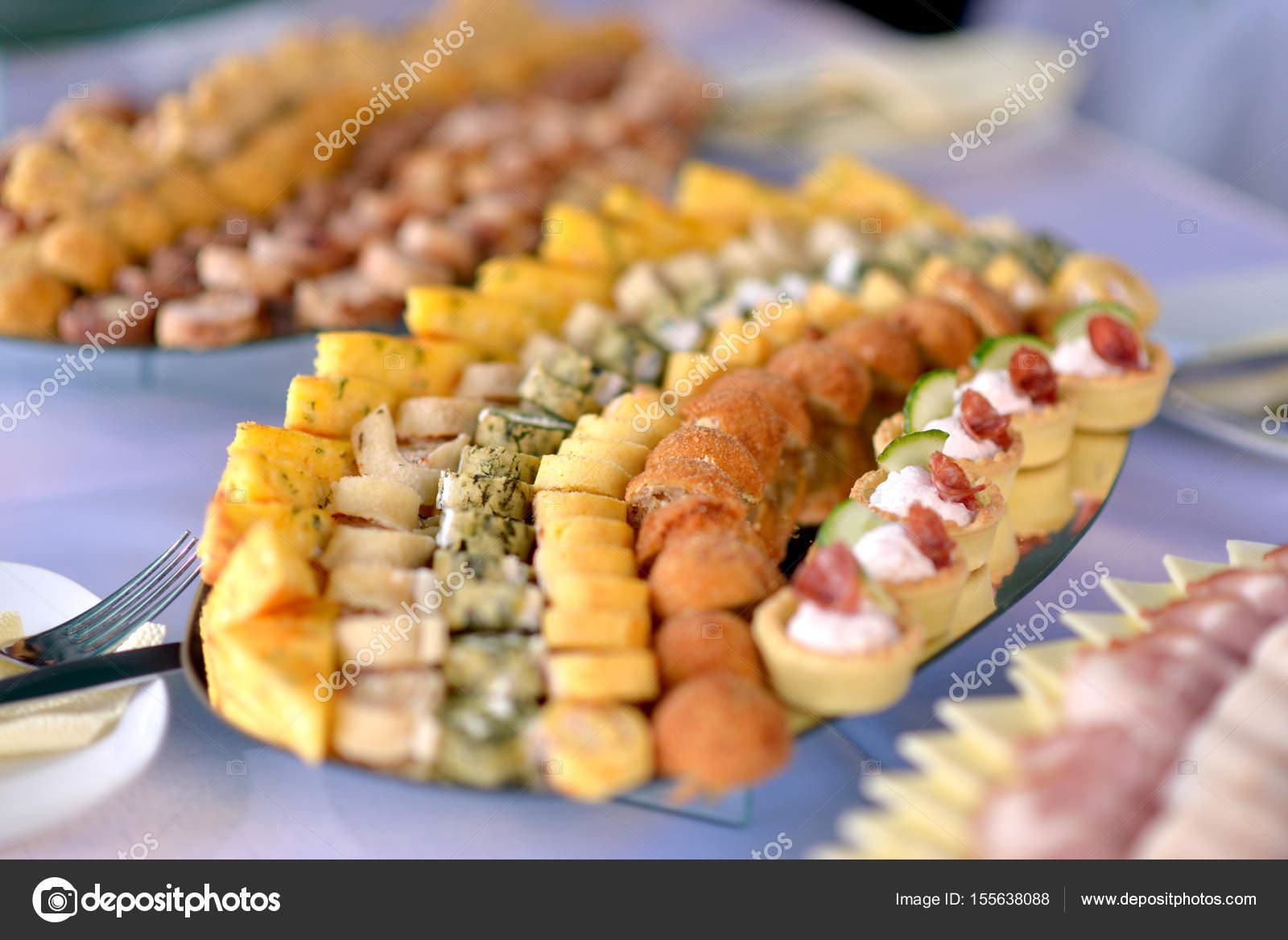 Essen Dekoration verschiedene speisen am tisch essen dekoration konzept