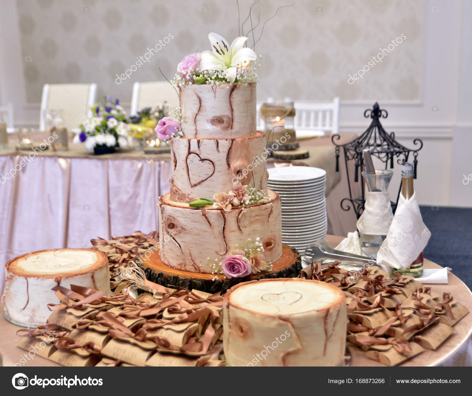 Tree trunk Wedding Cake on table — Stock Photo © nehruresen #168873266