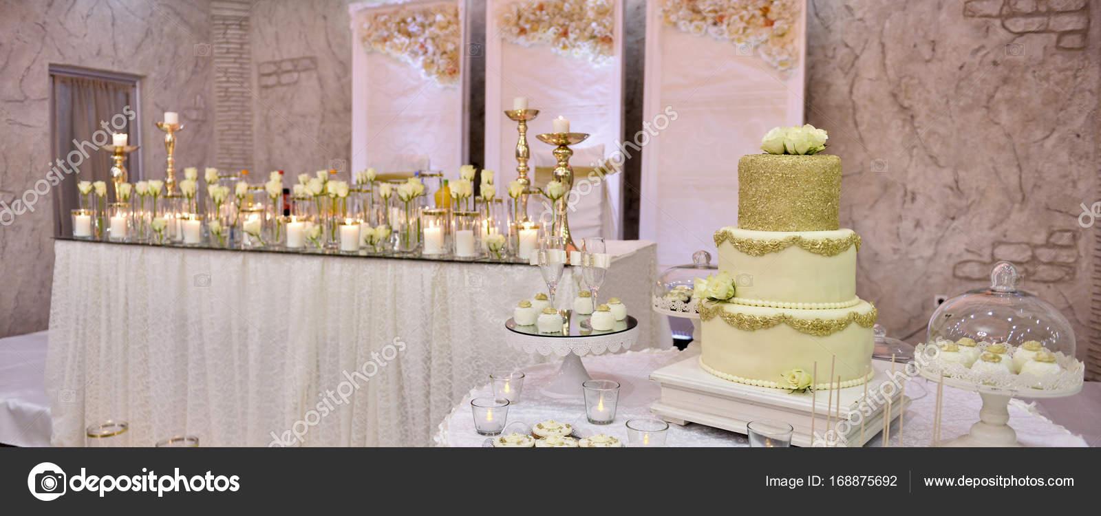 Tabelle Von Einer Hochzeit Brautpaar, Schöne Kuchen U2014 Stockfoto