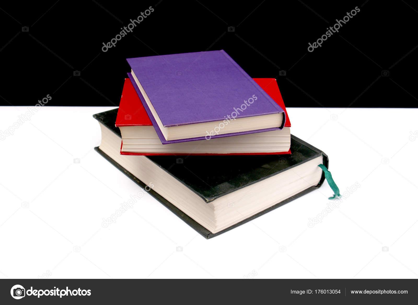 varios libros de colores sobre un fondo blanco y negro — Foto de ...