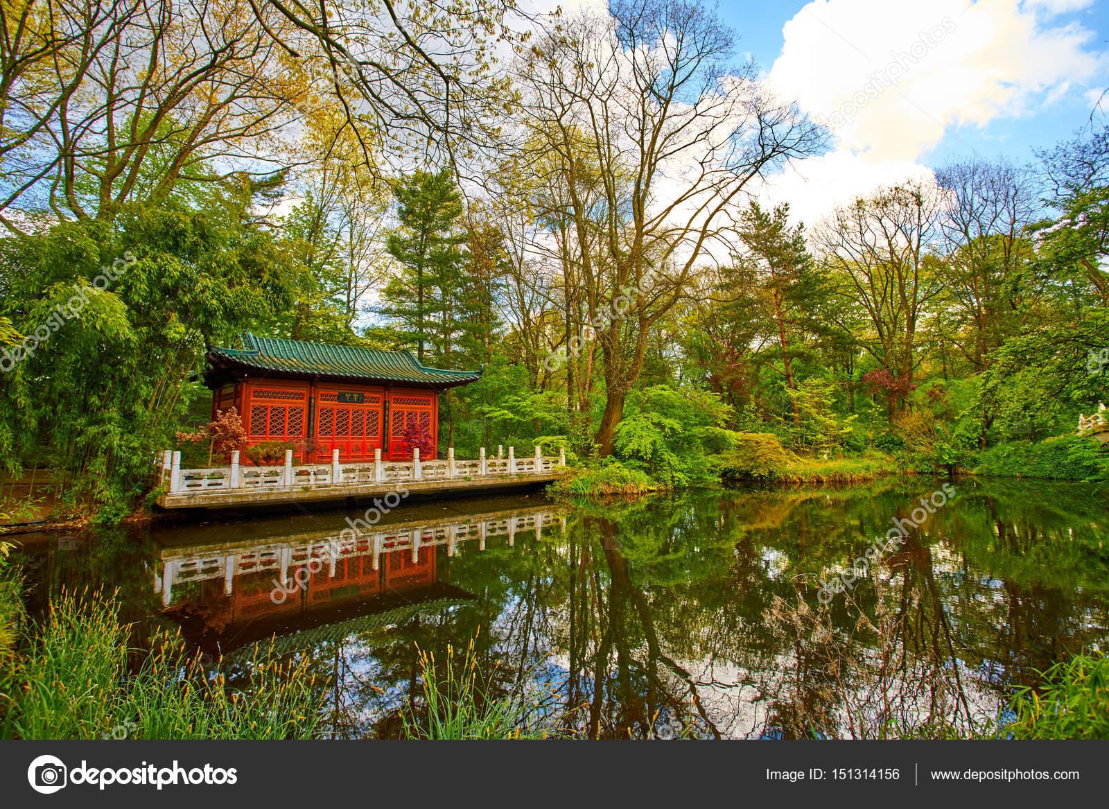 Jardin japonais jardin asiatique avec un tang photographie ewastudio 151314156 - Jardin asiatique ...