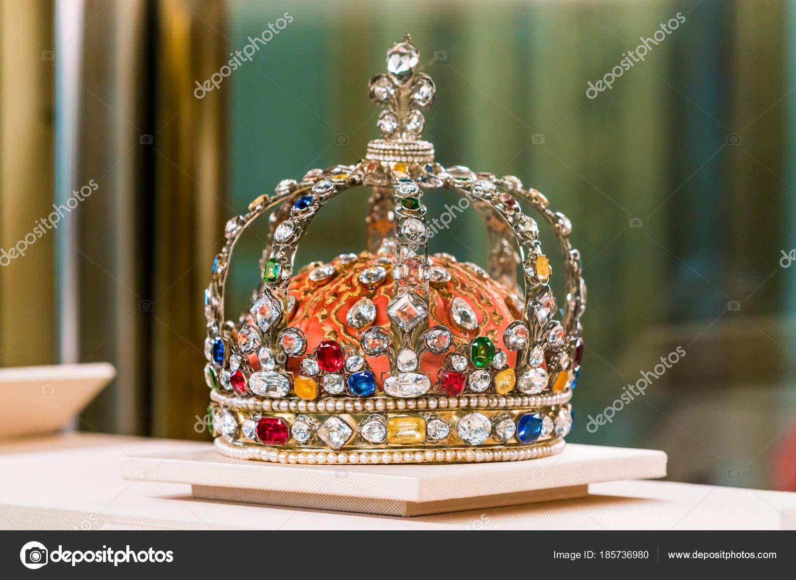 Κοσμήματα του Στέμματος του βασιλιά στο Λούβρο — Φωτογραφία Αρχείου ... cb0077781f0