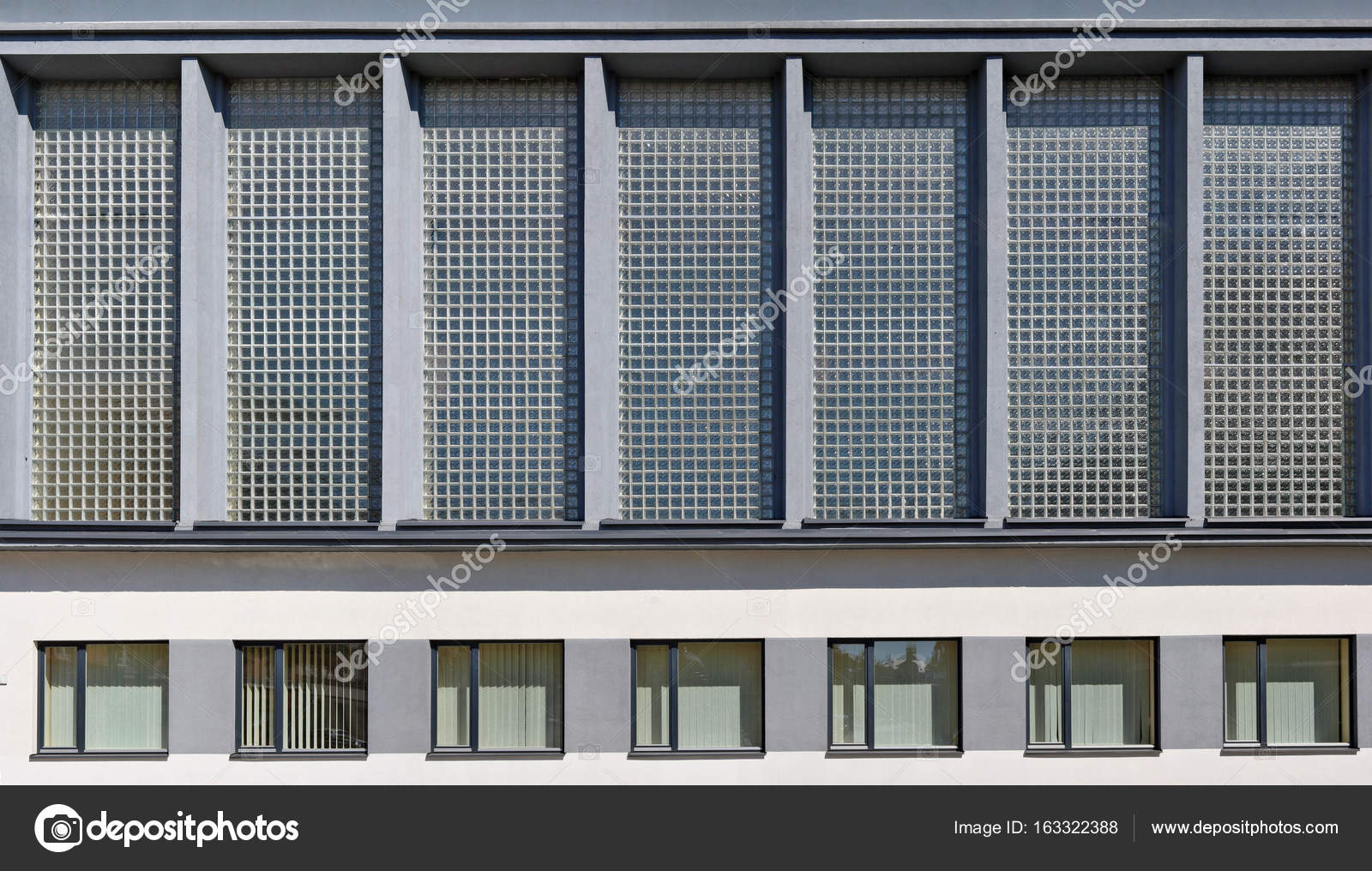 Wand aus Glasbausteinen — Stockfoto © vilaxlt #163322388