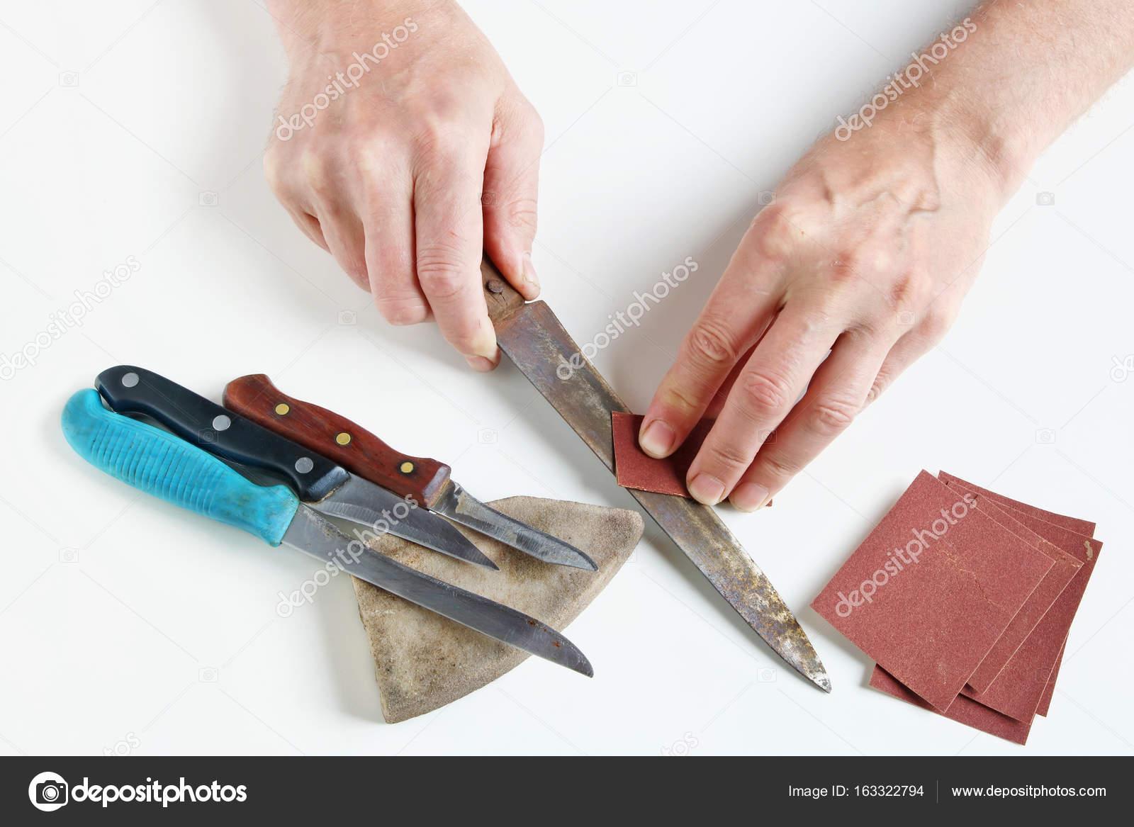 Altmeister versucht, rostigen Küchenmesser auf seine weißen de ...