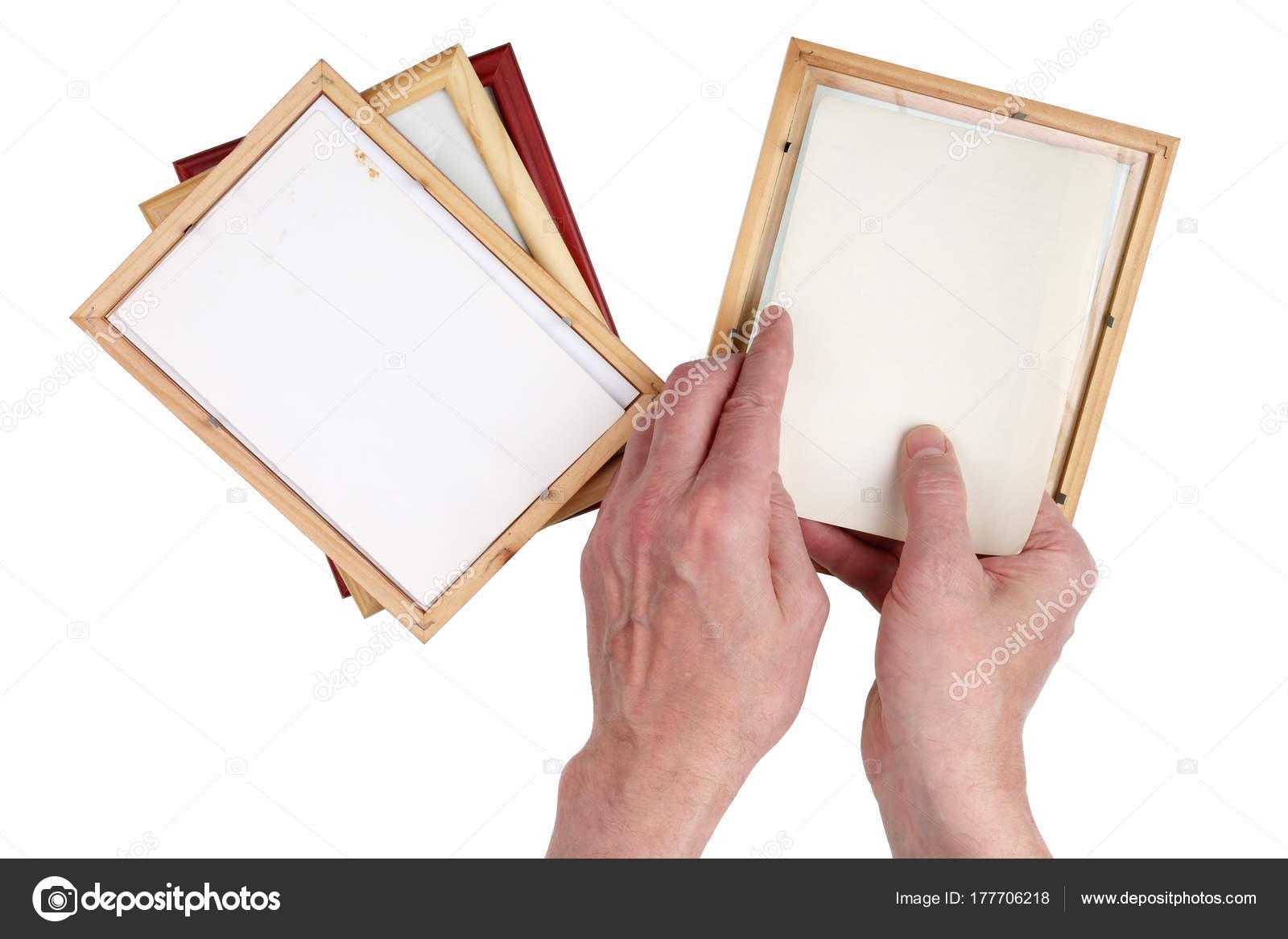 Viejo abuelo hombre inserta fotos en marcos de madera foto — Foto de ...