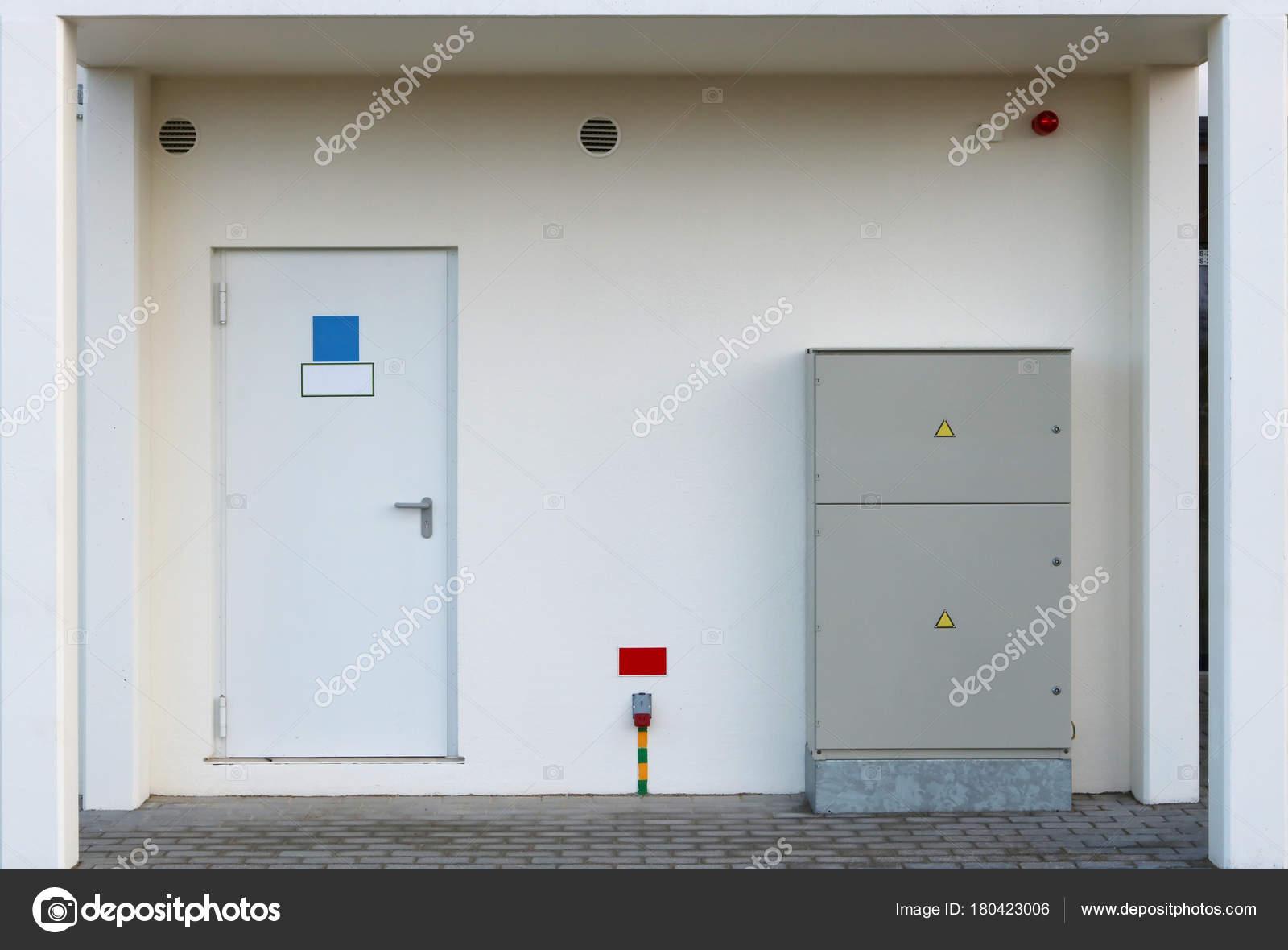 Portaal in een nieuw huis met een deur naar de kamer met water graaf