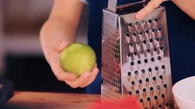 Rukou rub zelená vápno na kovové struhadlo dostat chuť
