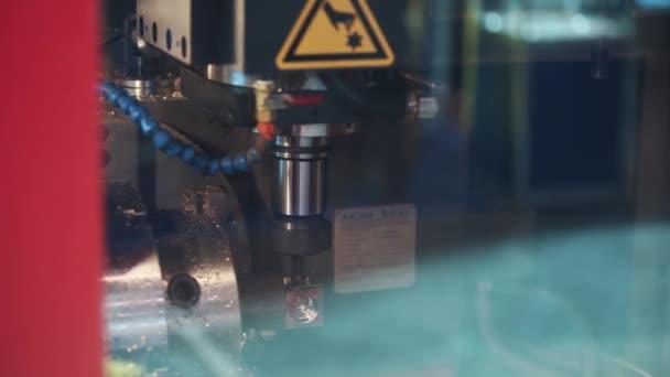 Přesné průmyslové vrtací mechanismus předvrtanými otvory v malé kovové kostky