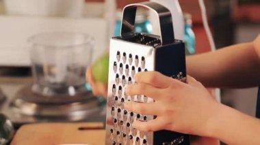 Teen ruce rub zelená vápno na kovové struhadlo dostat chuť