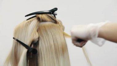 Kapper in de handschoenen wassen blond geverfd vrouw haar for Kappers wastafel