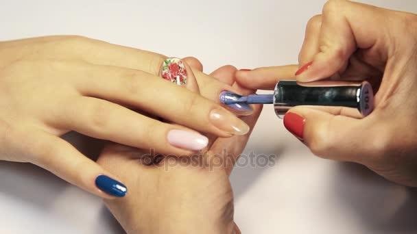 Kosmetický obchod manikúra relace, ženské ručně malované nehty lilac polsky