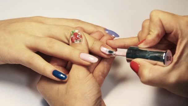 Kosmetický salon manikúra relace, ženské ručně malované nehty růžový lak na nehty