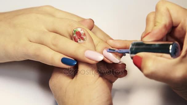Kosmetický salon manikúra relace, Žena ručně malované nehty lilac polsky