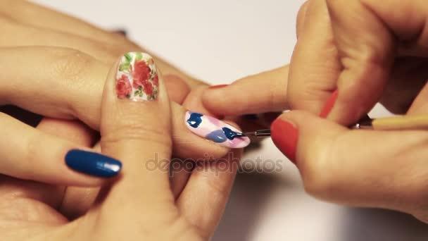 Kosmetika manikúra relace, žena použití barevný vzor na lakování
