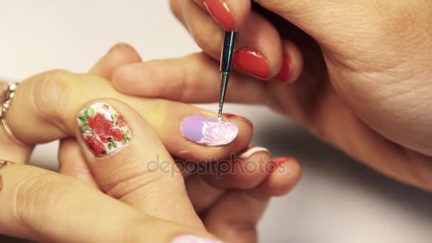 Kosmetika manikúra relace, žena použití květinový vzor na lakování