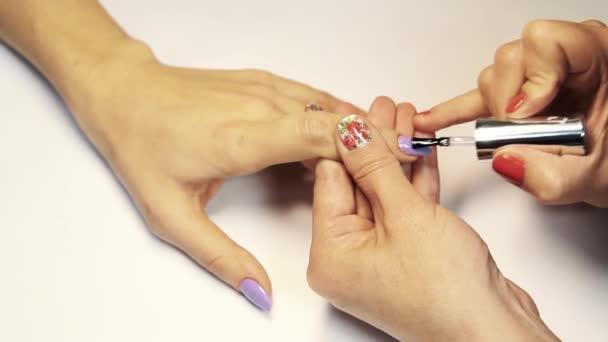 Dokončení manikúra prst nehty postup, uvedení transparentní lak