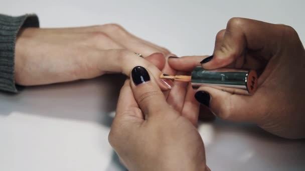 Mano De Mujer Esteticista Aplicar Esmalte De Color Beige En Uñas En Mesa De Salón Blanca De Belleza