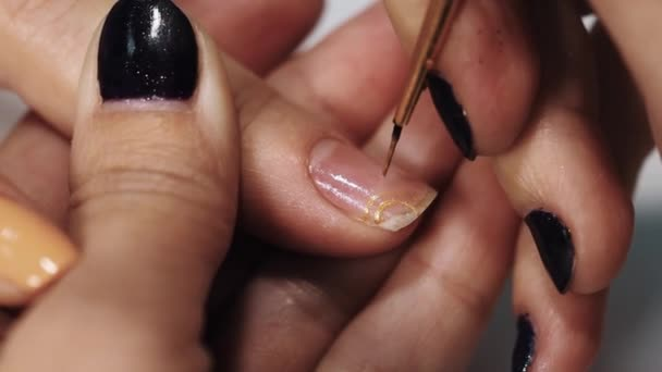 weibliche kosmetikerin hand zeichnen goldenen muster auf nagel in schnheit wei salontisch stockvideo - Nagel Muster