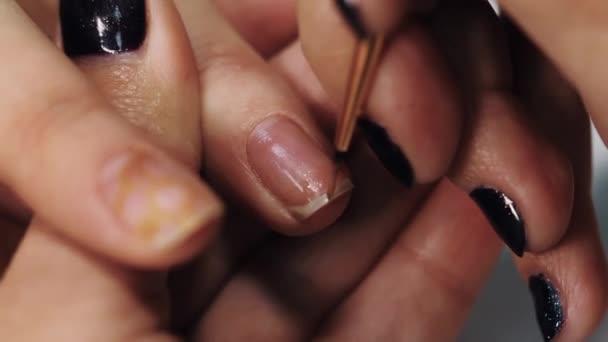 weibliche manikre hand zeichnen goldenen muster auf nagel in schnheit wei salontisch stockvideo - Nagel Muster