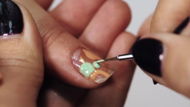 Mano Mujer Esteticista Dibujar Flores En Unas En Mesa De Salon