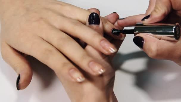 Žena kosmetička rukou použít béžové polské nehty v tabulce sedan bílé krásy