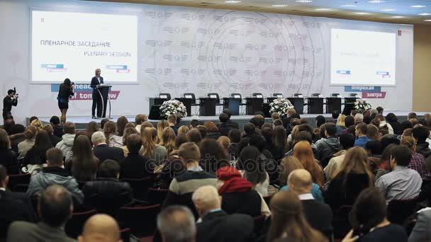Petrohrad, Rusko - 7. listopadu 2015: Otevření obchodní politika plenárního zasedání, spousta lidí na sedadlech v hale