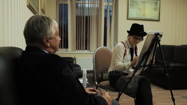San Pietroburgo, Russia - 10 dicembre 2016: Ragazza in cappello superiore occhiali camicia bianca rosso bretelle pareggio grigio dai capelli uomo vestito