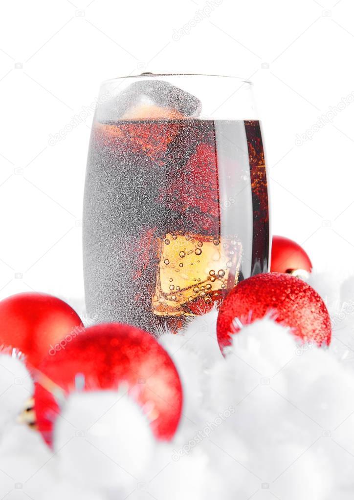 Glas Cola Soda auf Schnee und Weihnachten Kugeln — Stockfoto ...