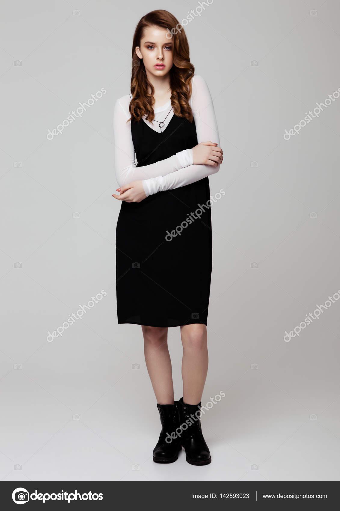 Vestido negro con camisa blanca