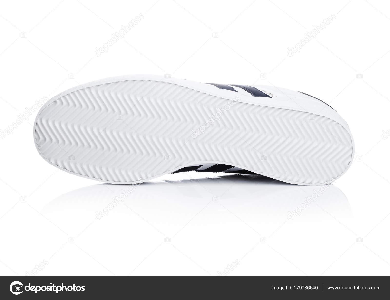 designer fashion 33318 e1adb Londra, Uk - 2 gennaio 2018  Scarpe Adidas Originals su priorità bassa  bianca. Multinazionale tedesca che progetta e produce scarpe sportive, ...