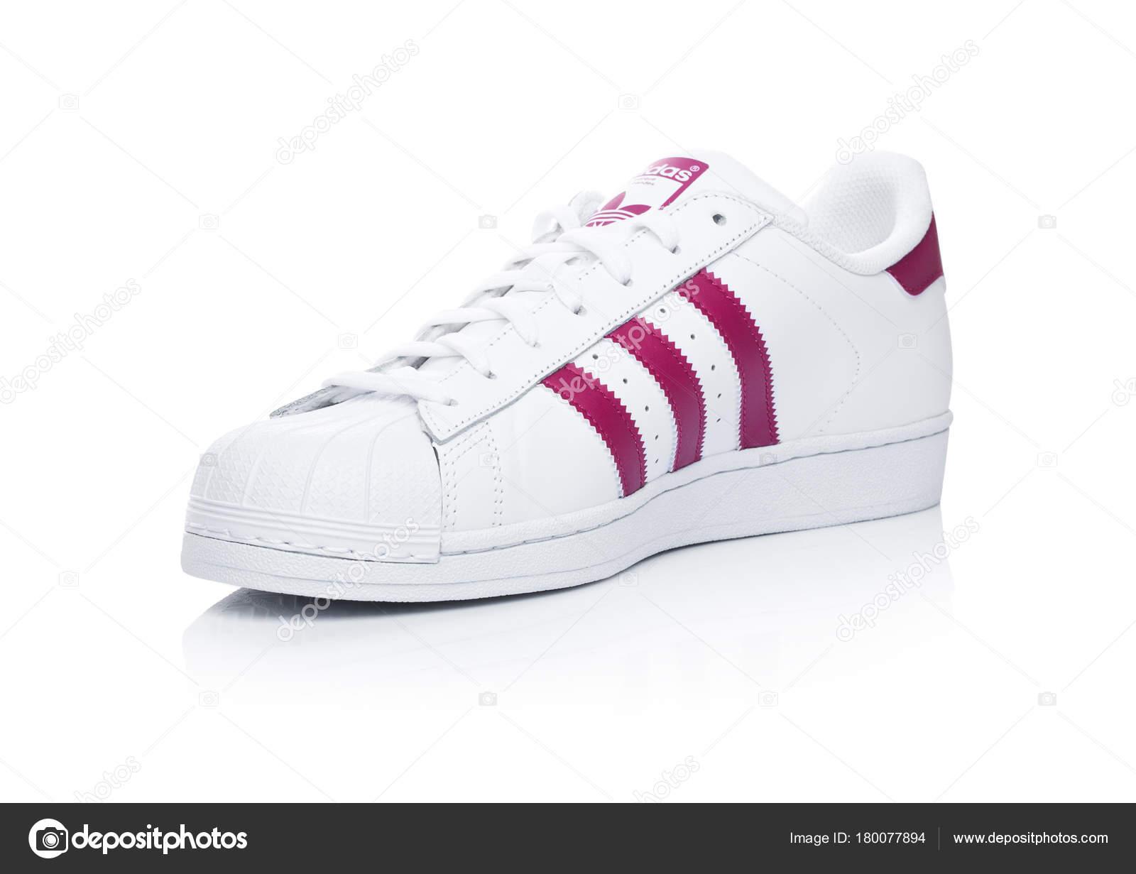 detailed look dc1b9 70f26 Londra, Uk - 12 gennaio 2018  Scarpe Adidas Originals Superstar rosso su  priorità bassa bianca. Multinazionale tedesca che progetta e produce scarpe  ...