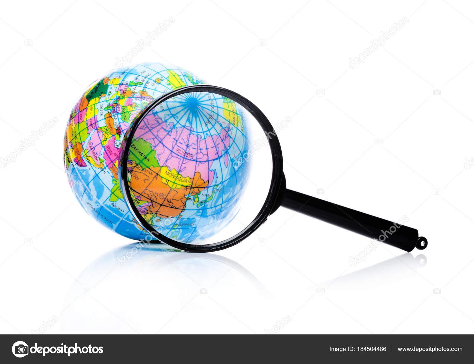 5f8a54ffb6 Globo sotto la lente di ingrandimento zoom Russia e la Cina su priorità  bassa bianca — Foto di ...