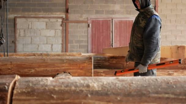 Építő építőipari ellenőrzés vízmérték fa naplók jövő haza. A fogak az jelölési ceruza