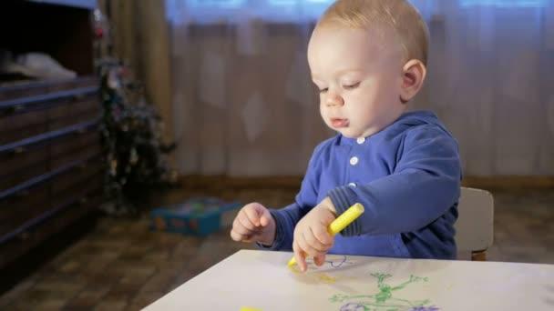 Abuelo con su hijo Nieto dibuja marcadores sobre papel. El niño mira ...