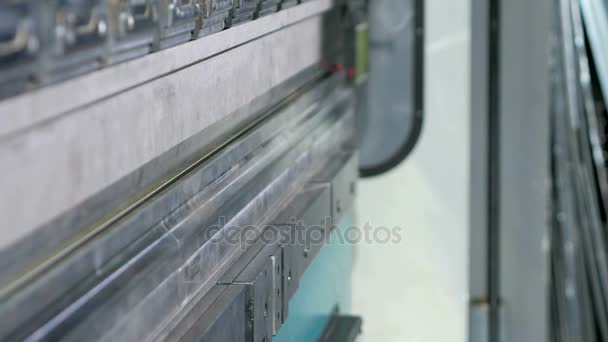 CNC Lisy hydraulické brzdy bez kovu. Velké stroje se snaží ohnout v úhlu