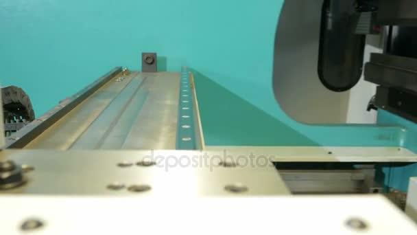 Hydraulická ohýbačka Cnc. Fotoaparát je pevná na pohyblivé části. Přesunutí části přístroje pro výrobu dílů