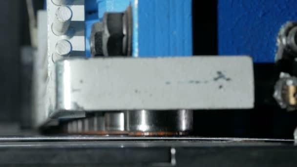 Stroj kusy plechu. Velké Hydraulické tabulové nůžky. Detail. Podrobně lisované válce a uříznout několikrát
