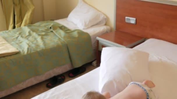 Kussen Voor Peuter : Schattig peuter jongen spelen met kussen op bed en lachen hij