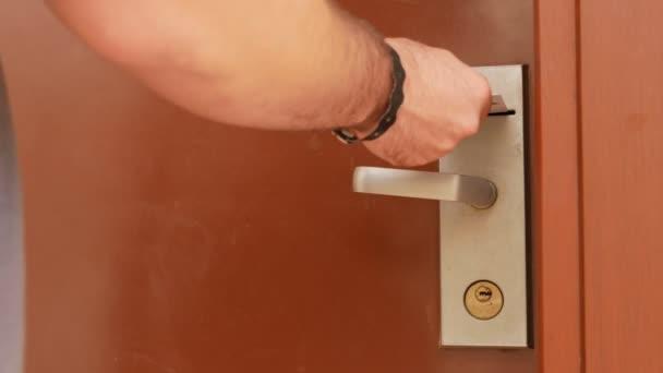Ein Mann öffnet sich ein Hotelzimmer mit einer Schlüsselkarte. Close-up