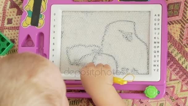 Scrivania Per Bambini 2 Anni : Un bel ragazzo di anni si basa su un tavolo da disegno magnetico