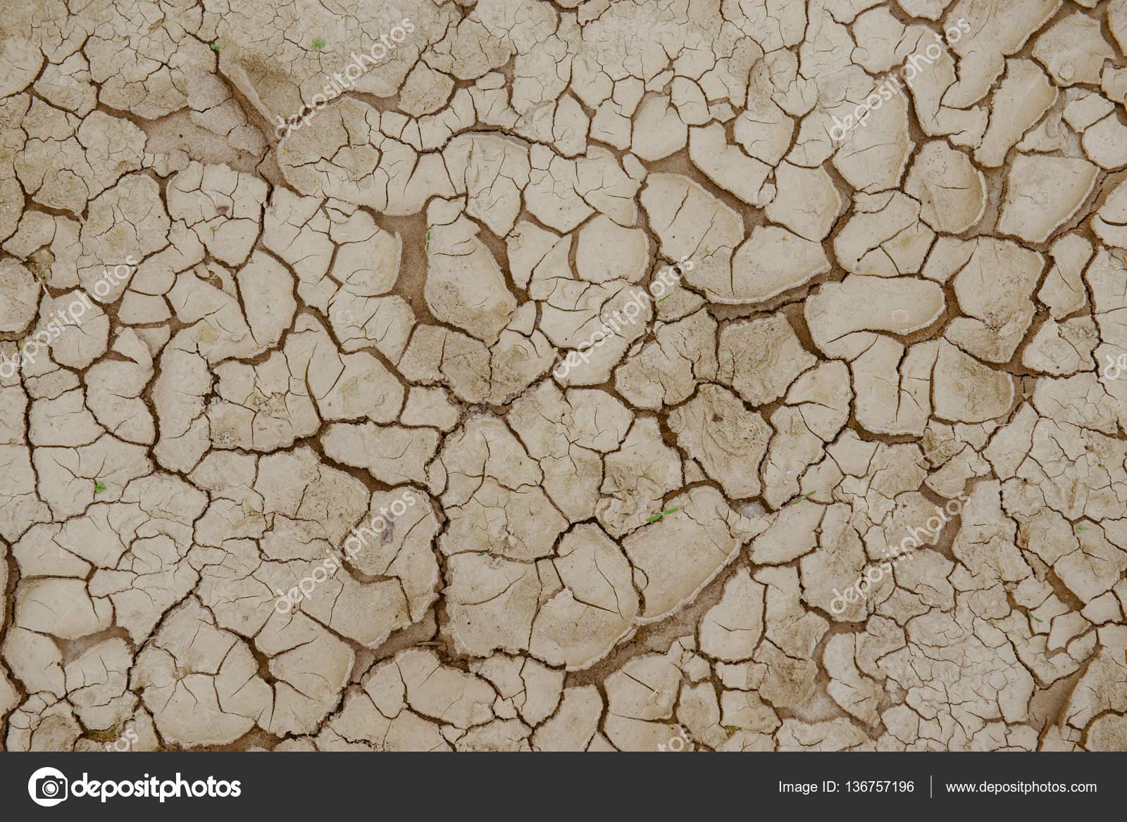Tierra agrietada, tierra seca — Foto de stock © masterwilu #136757196