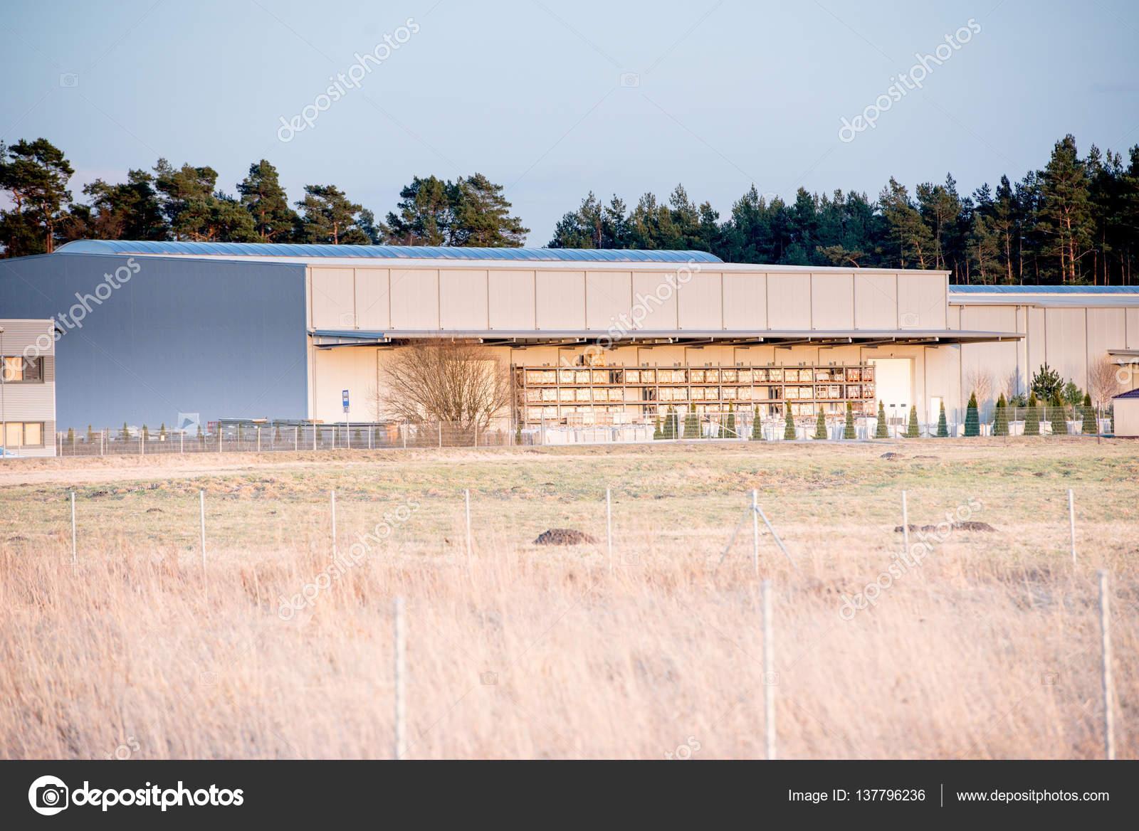 Cancello Esterno Moderno : Moderno esterno di un edificio industriale u2014 foto stock © masterwilu