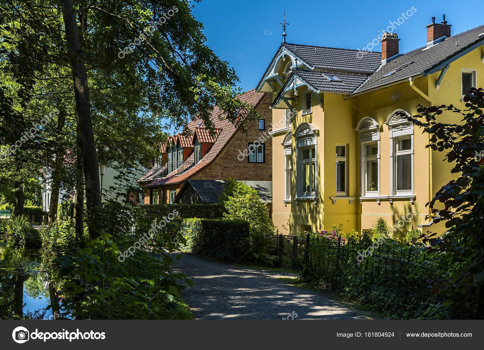 Schöne gelbe Villa in Deutschland — Stockfoto © chrissi #161804924